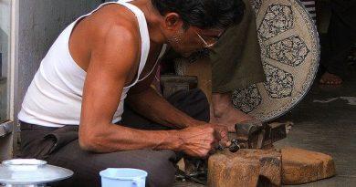 Mohammed Abdul Rauf undertaking the intricate work Photo Credit- Flickr/Abhinaba Basu