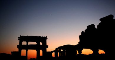 Dusk among the Hampi ruins - Brice Richard